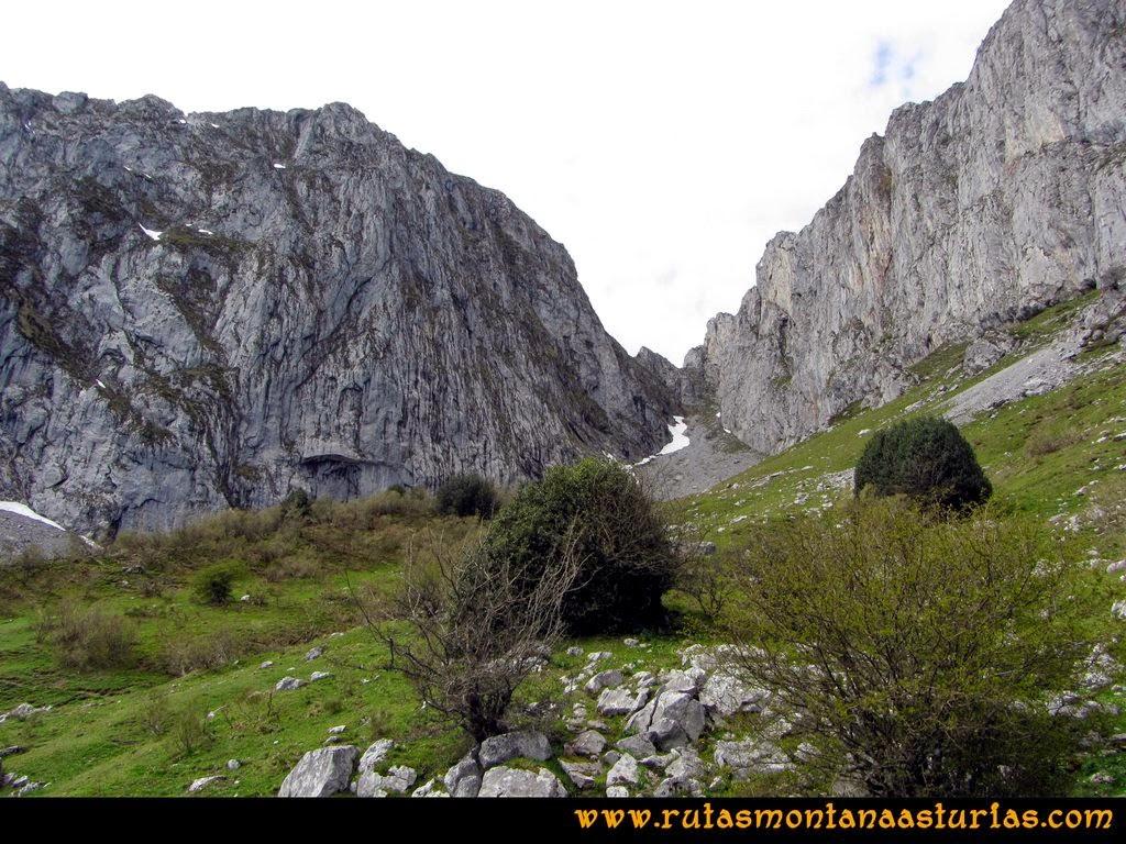 Ruta Peña Redonda: A la vista, la canal de Agriles