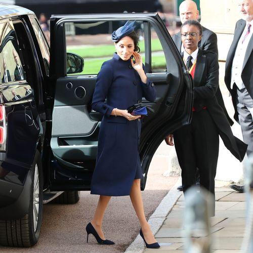 Meghan Markle dans un manteau et une robe bleu marine Givenchy