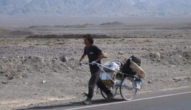Pria Ini Keliling Dunia Dengan Jalan Kaki dan Sebuah Gerobak