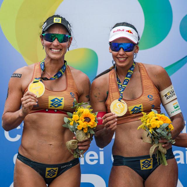 Ágatha e Duda mostrando a medalha de ouro conquista na sétima etapa do Circuito Brasileiro de Vôlei de Praia