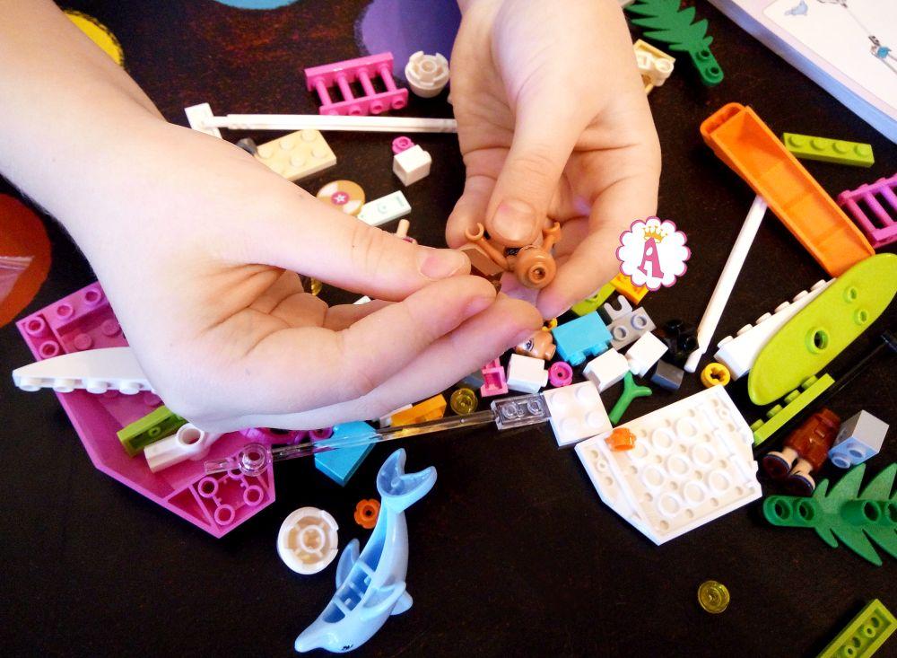 Распаковка и сборка конструктора для девочек Лего Френдс курорт Хартлейк Сити