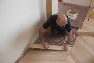 Instalación de un suelo de madera en espiga punta hungría
