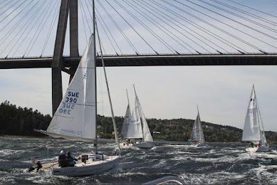 Fler tävliingsbåtar till havs med Uddevallabron i bakgrunden.