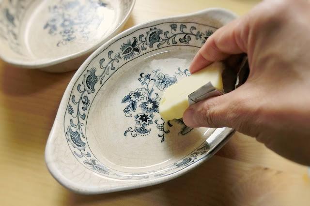 玉ねぎは半分細かく切り(みじん切り)、残りは0.3㎜幅の薄切りにします。  しめじはほぐし、卵はゆで卵にした後、3等分に切ります。