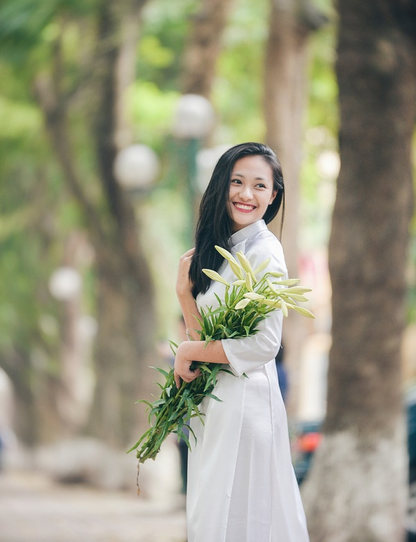Many girls in Hanoi will go to take a photo with lily flower when the April comming