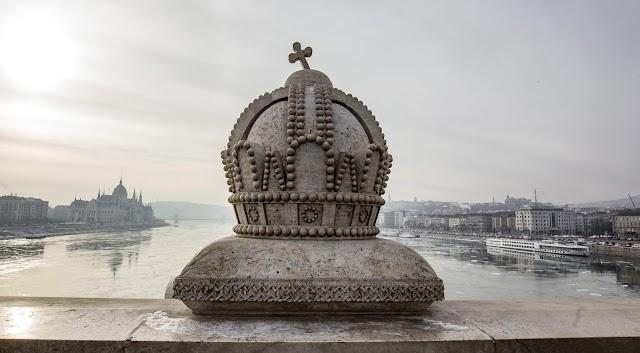 Feladta magát a két fiatal, akik a Margit hídon megrongálták a Szent Korona műemléket