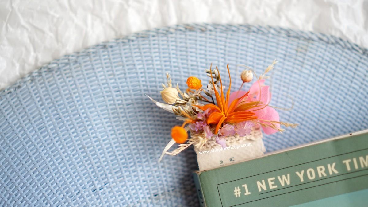close up colorful flower bookmark saat diselipkan di buku