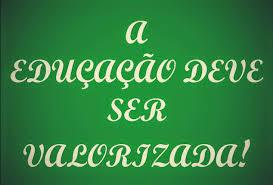 A imagem de fundo verde e letras em branco diz:a educação deve ser valorizada!