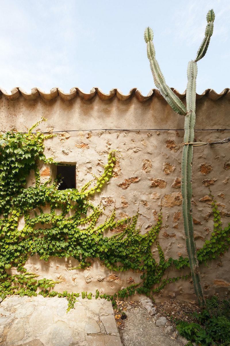 Espacio exterior de casa de piedra