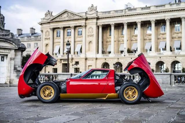 Lamborghini rojo en una plaza pública