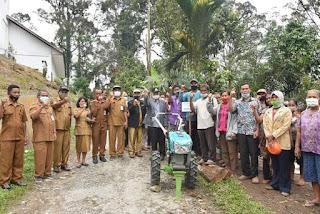 Plt Bupati Humbahas Serahkan Bantuan Hand Tractor Kepada Kelompok Tani di Desa Purba Baringin, Pakkat