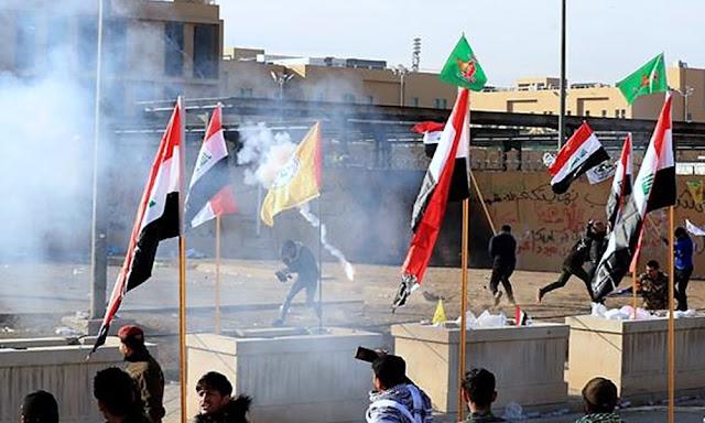 Sigue asedio a embajada de EEUU en Irak, fuerzas de seguridad lanzan gases lacrimógenos