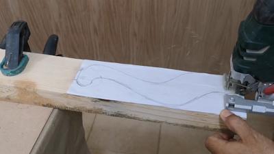 تتبع رسم رجل الكرسي وقطعها بإستخدام منشار الأركت