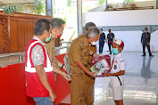 Diserahkan FDW, 100 Siswa di Minsel Dapat Bantuan Peralatan Sekolah