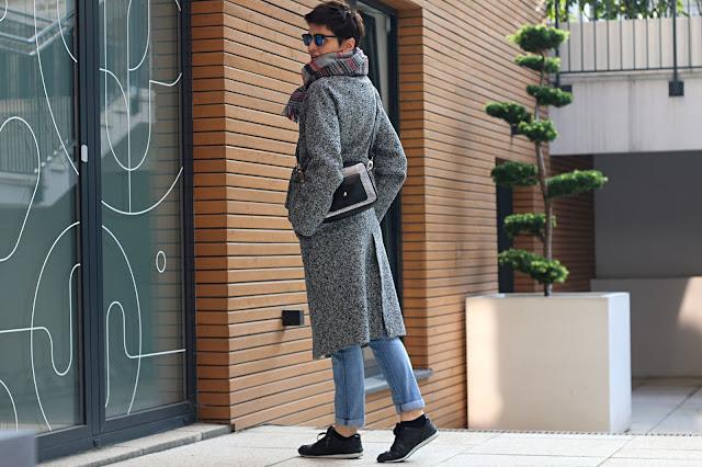 płaszcz, codzienna stylizacja, casual, na jesien, kratka, jak nosić, długi płaszcz, płaszcz z trampkami, bloger style, stylizacje 30+, stylistka poznan, płaszcz wiązany w pasie,