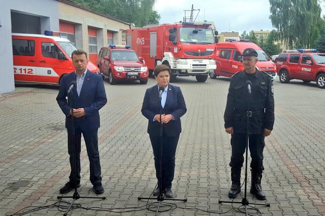Premier B. Szydło, min. M. Błaszczak i komendant Straży na konferencji w Chojnicach