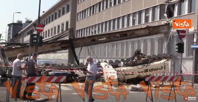 Trivella di 10 metri cade in un cantiere di Milano e si conficca in un palazzo, nessun ferito