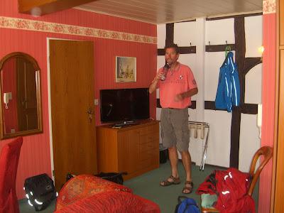 Hotelkamer die eruitziet als een bordeauxrood boudoir.