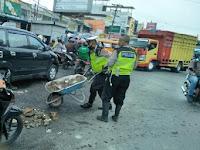 Ciptakan Lalu lintas Lancar, Polantas Polsek Sunggal Timbun Jalan Rusak