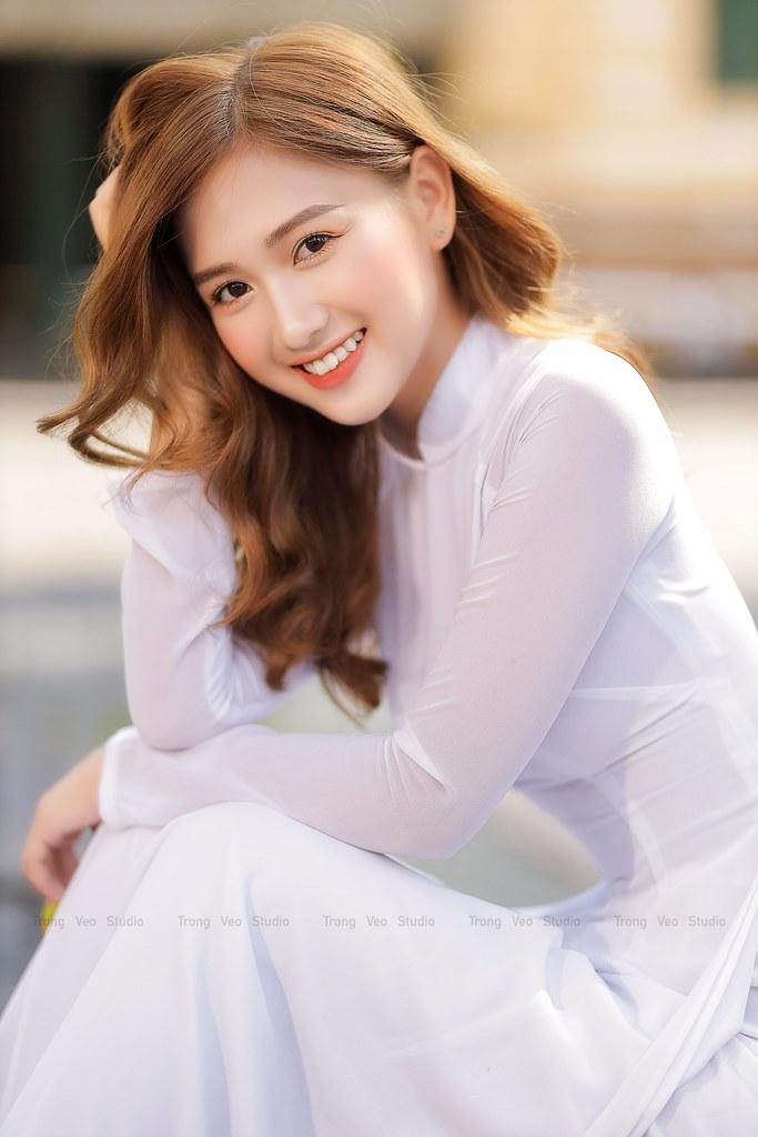 Ngắm hot Girl Thu Hương xinh đẹp như hóa trong tà áo dài trắng bên cúc họa mi - 8