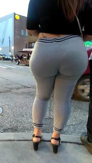 Mujeres caderonas caminando calle pantalones yoga