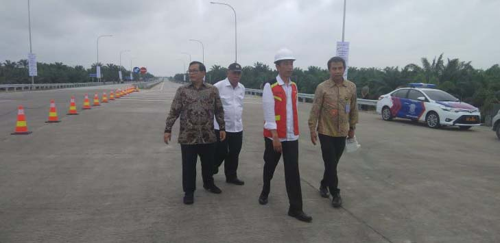 Jokowi meninjau jalan tol