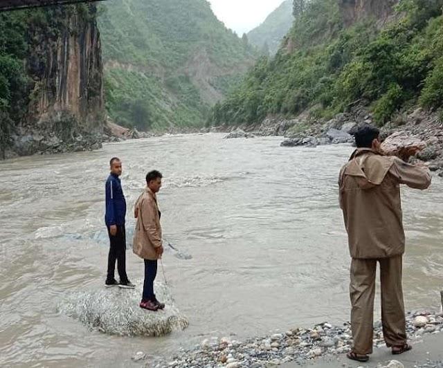 उत्तराखंड समाचार: सरयू नदी में महिला ने लगाई छलांग, खोजबीन कर नही मिली महिला ।