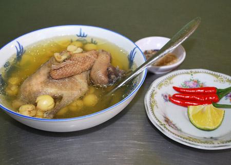Canh thịt chim bồ câu hạt sen:
