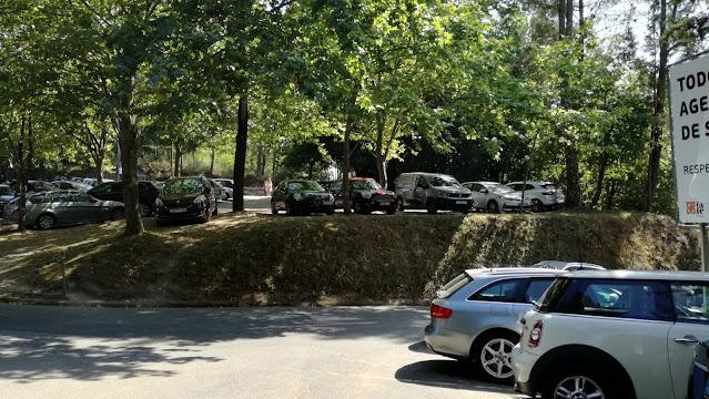 Zona do parque de estacionamento da Praia Fluvial da Albufeira da Queimadela