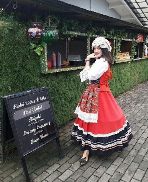 Kostum Gaya Eropa Belanda Farm House Susu Lembang