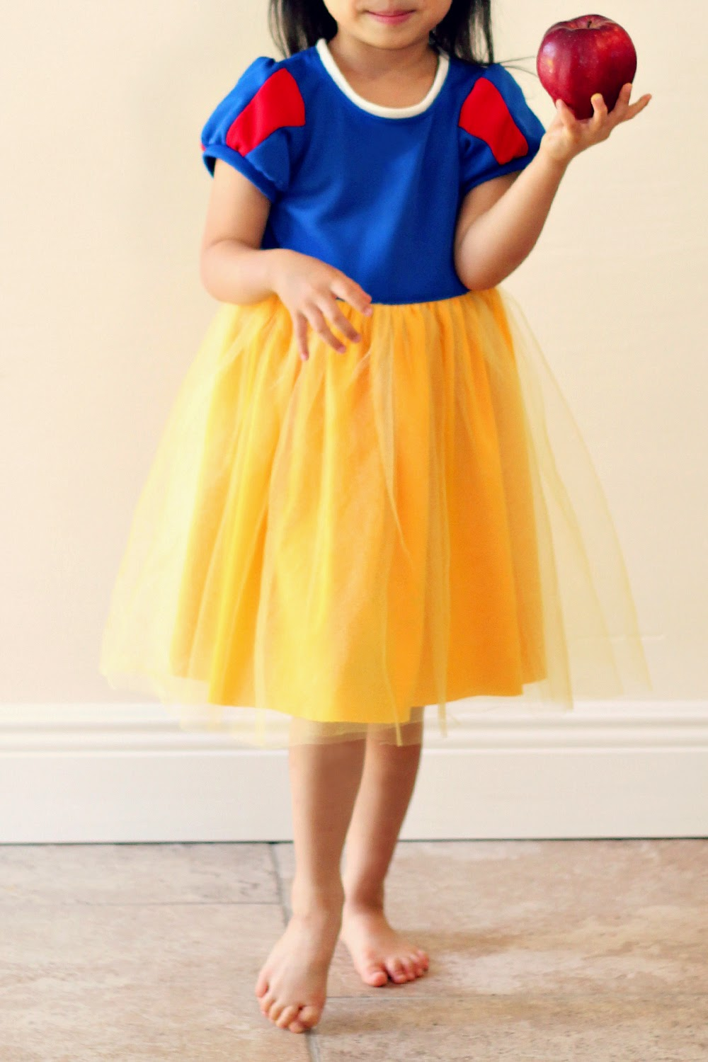 Simple Snow White Dress for Little Momo & Peaches and Bees: Simple Snow White Dress for Little Momo