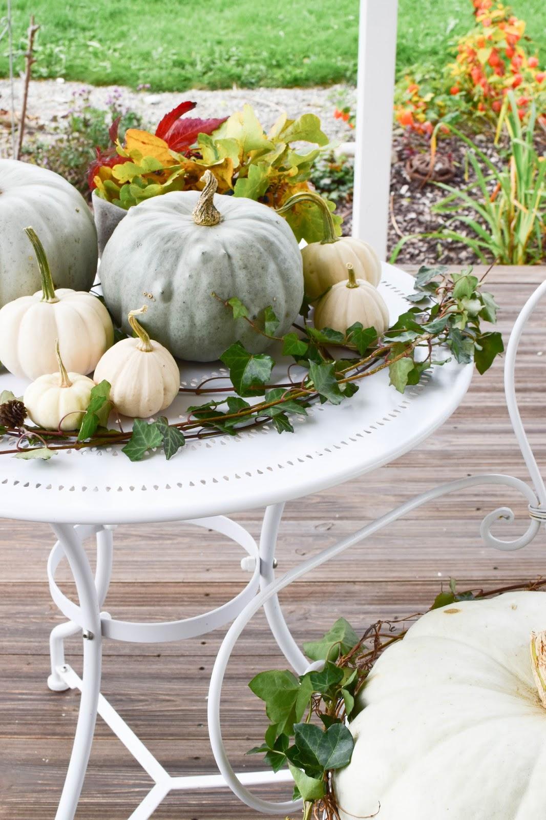 Dekoideen mit Kürbis für den Herbst. Kürbisse natürlich dekorieren. Tischdeko, Tisch dekorieren Herbstdeko, herbstliche Deko, garten balkon