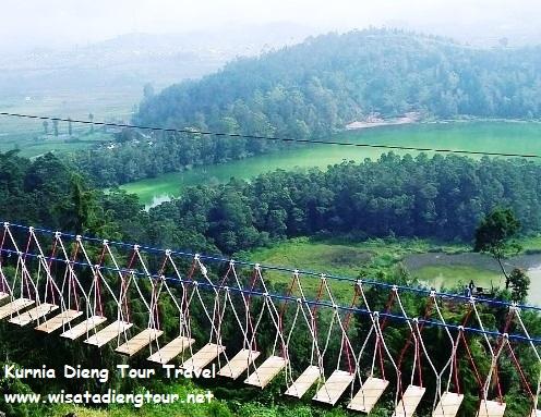 pemandangan dari atas jembatan merah putih dieng