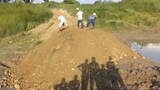 साहस कुछ कर गुजरने का : ग्रामीणों ने बनवाया बंधा | #NayaSaveraNetwork