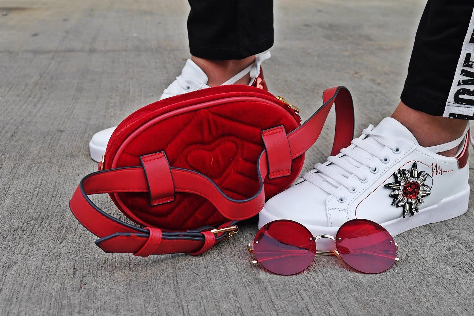 Czerwona torebka nerka well designed biało-czerwone buty sportowe citrine karyn blog modowy