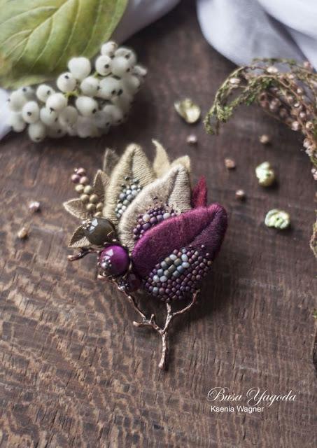 broszka haftowana z koralikami