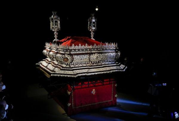El trono del Señor de Málaga gana en altura con una nueva base de madera y orfebrería