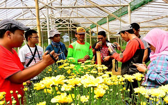 Pak Misnan berbincang dengan teman-teman blogger