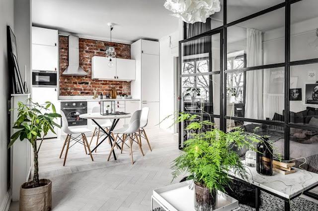 Dormitor separat de un perete de sticlă într-un apartament de 45 m²