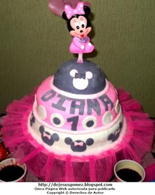 Torta para niña de Minie Mouse para 1 año. Foto de torta tomada por Jesus Gómez