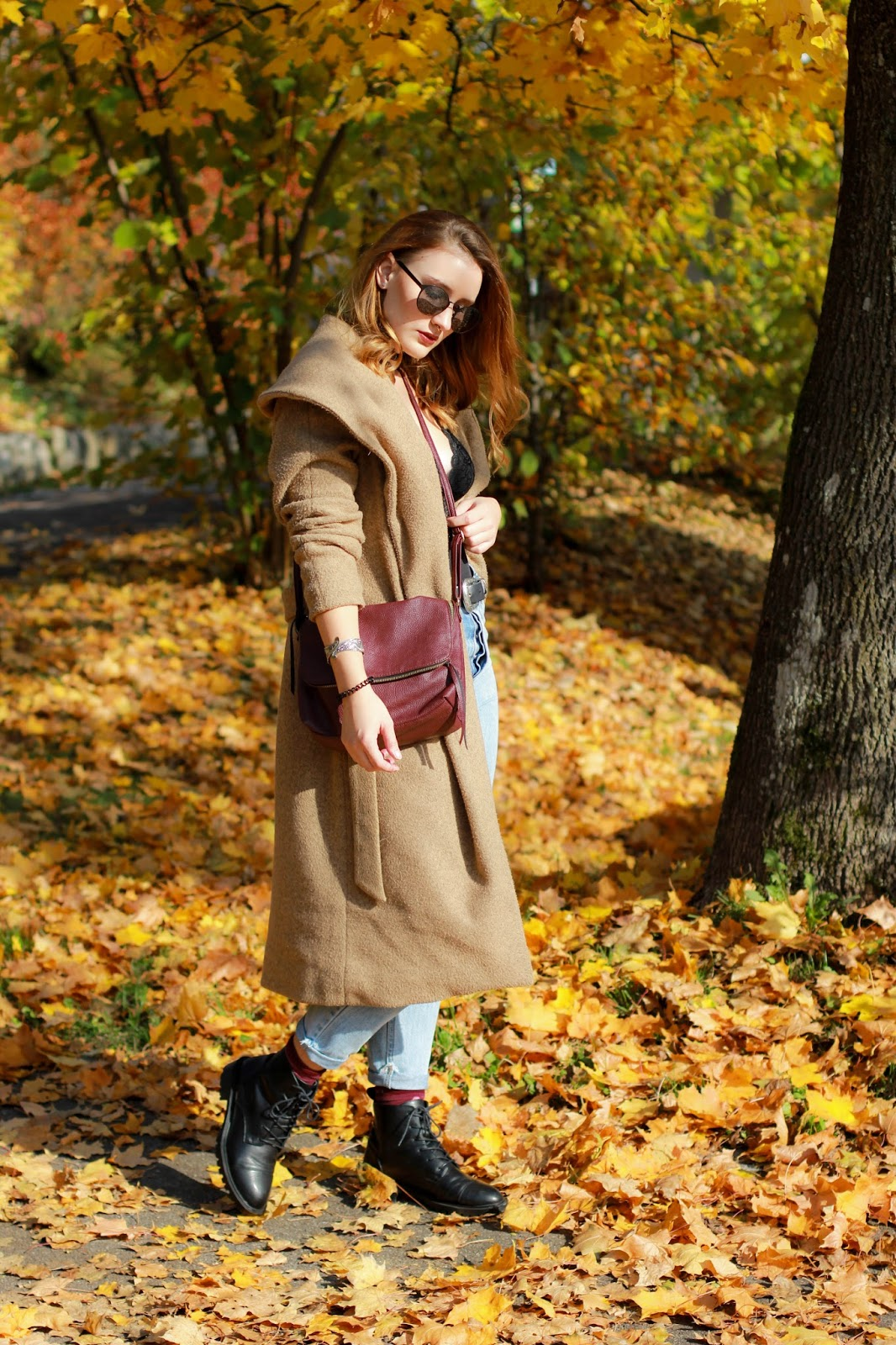 Outfit: Mom-Jeans, Body und schwarze Boots