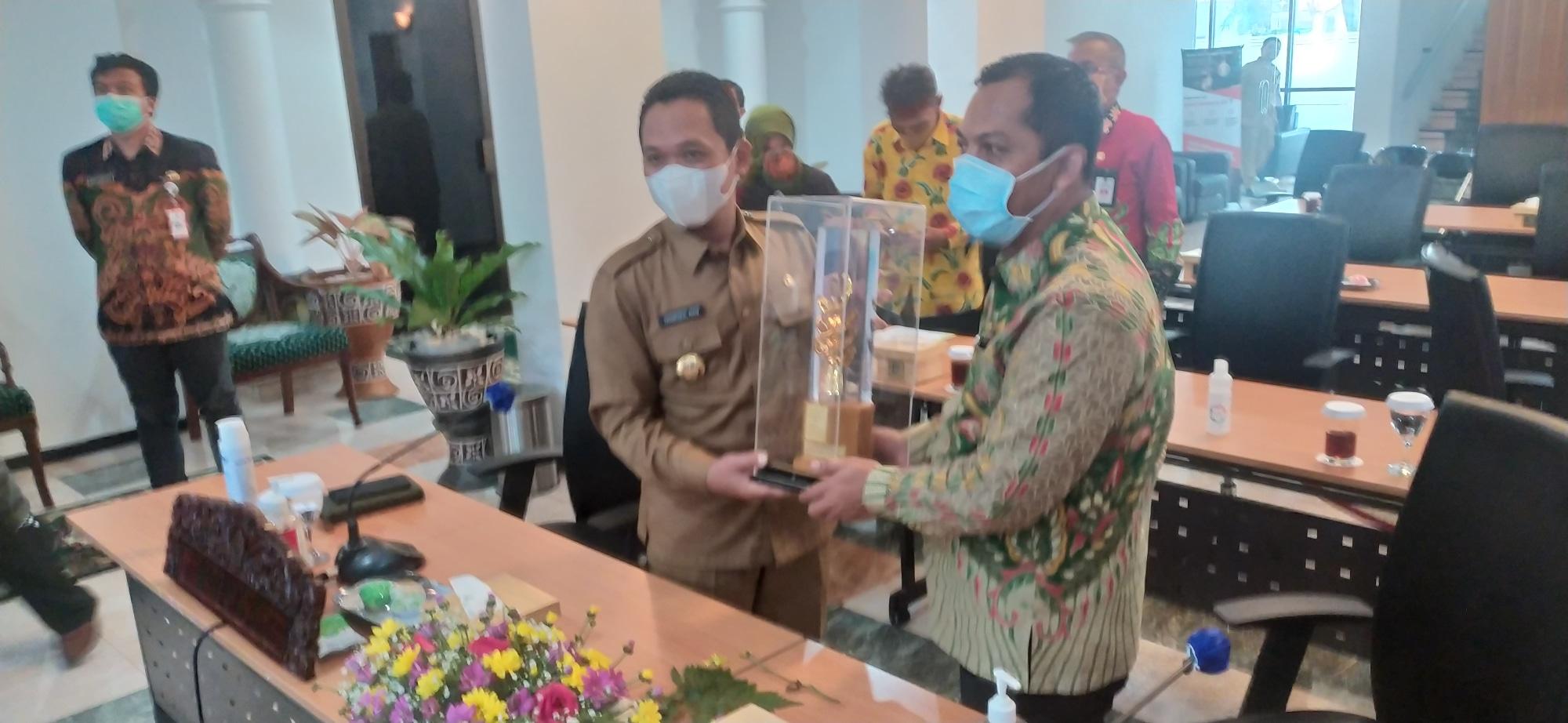 Bupati dan Ketua DPRD Lumajang Terima Green Leadership Nirwasita Tantra