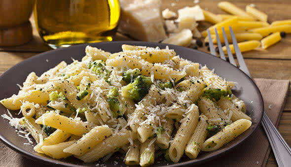 Macaroni with chicken and broccoli