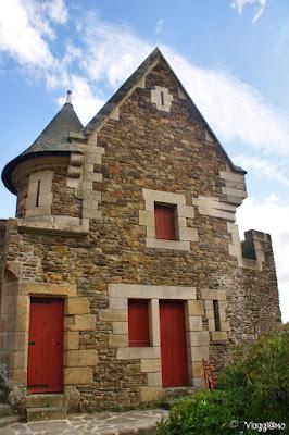 Facciata di una delle abitazioni presenti a Fougeres