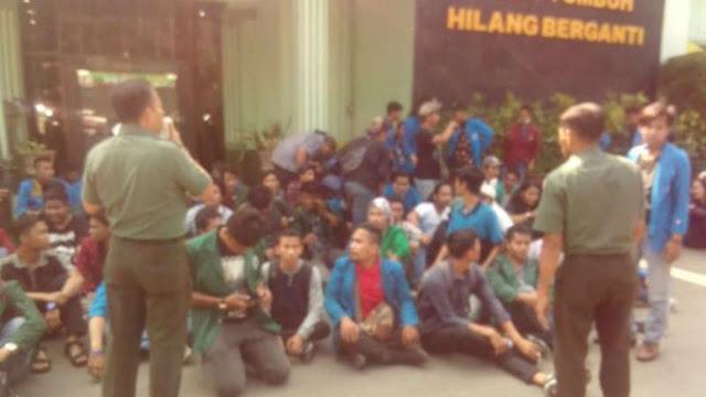 Aksi Demo Bentrok dengan Polisi, Mahasiswa Berlindung di Markas TNI