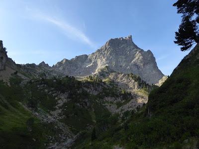 Cara norte del Midi d'Ossau subiendo hacia el circo de Moundelhs