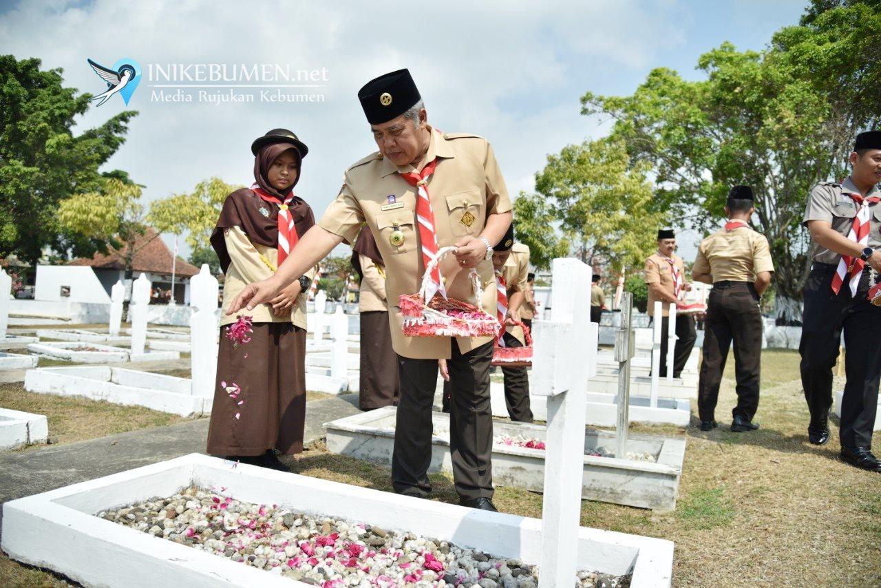 HUT ke-58 Pramuka, Gus Yazid Pimpin Tabur Bunga di TMP Kebumen