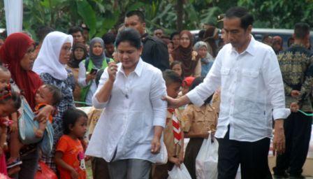 Jokowi Bersama Iriana Berjalan Kaki Dalam Gelap Malam Hadiri Acara Nikahan Pegawai Istana