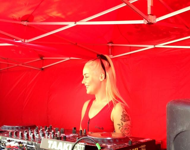 DJ Vicky, soittaja, DJ