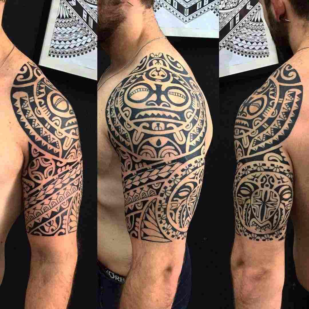 tatuaje maori en el brazo para hombre
